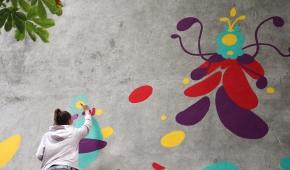 """Malowanie muralu """"Motanki"""" w ramach projektu Przytul Sztukę, ul. Franciszkańska, Łódź"""