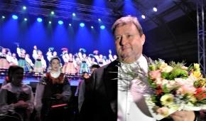 """Maestro Jacek Boniecki i zespół """"Mazowsze"""". Fot. P.Reising"""