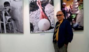 Jerzy Neugebauer na tle swoich zdjęć