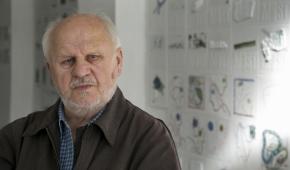 Andrzej M. Bartczak przed swoją instalacją w Pasażu Kultury, fot. Bogdan Sobieszek