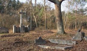 Nagrobek z cmentarza między Kolonią Pożdżenicką a Pożdżenicami Fot: Andrzej Sznajder