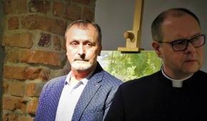 Jan Norbert Dubrowin i ks. Mariusz Jersak na wernisażu. Fot.P.Reising