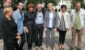 Organizatorzy i kuratorzy festiwalu, obok Hanny Zdanowskiej stoi Robert Rumas