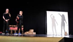 """Scena ze spektaklu grupy """"Mali Wielcy"""" z Rozprzy. Fot.P.Reising"""