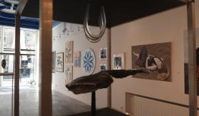 Na pierwszym planie rzeźba Piotra Woźniaka