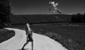 """Kobieta i uciekająca męska koszula, performance"""
