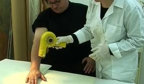 """""""Oxyman"""", 2009  Artysta poddaje się zabiegom konserwatorskim w pracowni Muzeum Sztuki. Zapis akcji, kamera – M. Chojnicka. © Muzeum Sztuki w Łodzi"""
