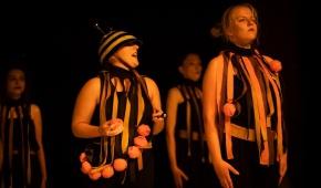 """Spektakl """"Rój..."""". foto: HaWa / mat. prasowe"""