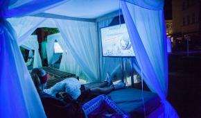 Kino łóżkowe w Pasaży Schillera. Fot. Materiały promocyjne festiwalu