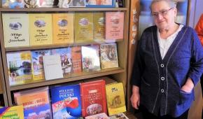 Pani Krystyna przy swoich książkach. Fot.P.Reising